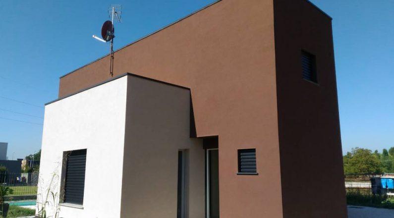villa bianca e marrone in bioedilizia
